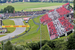 I tifosi in tribuna formano la bandiera dell'Austria