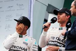 Lewis Hamilton, Mercedes AMG F1 bersama race winner Nico Rosberg, Mercedes AMG F1, dan Gerhard Berger, di podium
