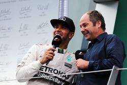 Il secondo classificato Lewis Hamilton, Mercedes AMG F1, sul podio con Gerhard Berger