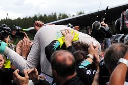 Juara balapan Nico Rosberg, Mercedes AMG F1 merayakan bersama the team in parc ferme