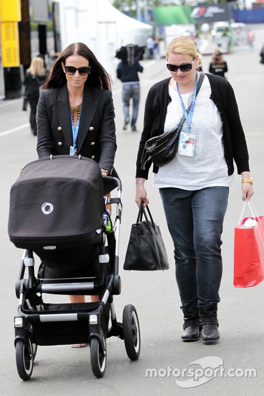 Minttu Virtanen, Freundin von Kimi Räikkönen, Ferrari, mit einem Kinderwagen