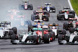 Partenza: Nico Rosberg, Mercedes AMG F1 Team al comando