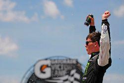 El ganador de la carrera Erik Jones, Joe Gibbs Racing Toyota