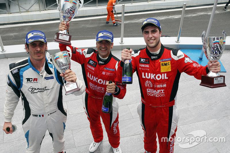 Il vincitore Jordi Gene, SEAT Leon, Craft Bamboo Racing LUKOIL, Il secondo classificato Pepe Oriola