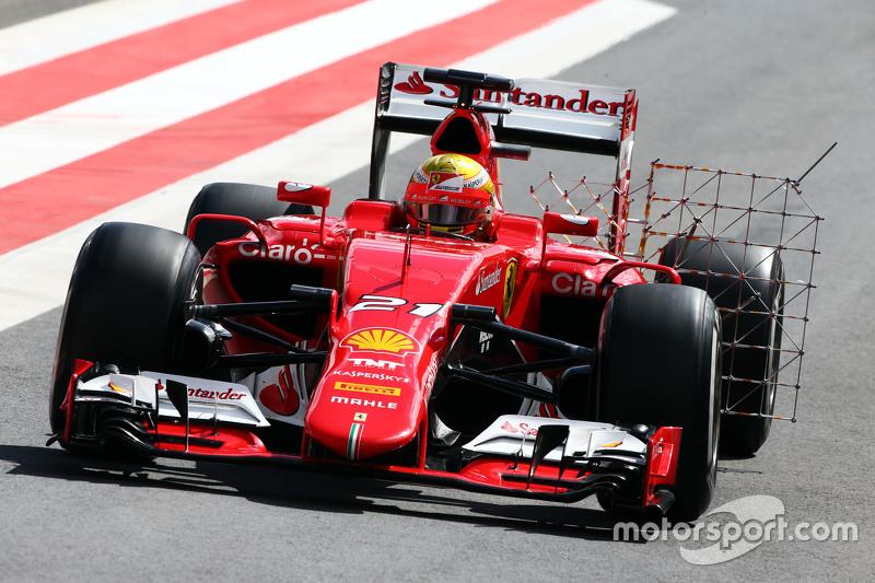 Esteban Gutierrez, Ferrari SF15-T, Test- und Ersatzfahrer bei Ferrari, fährt mit Messgeräten am Auto