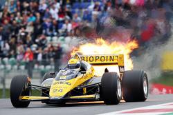 Пожар на Minardi M186-01 Пьерлуиджи Мартини во время Парада легенд