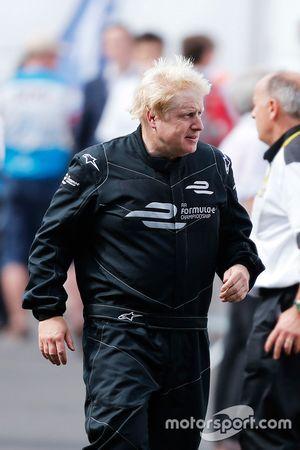 Boris Johnson, Bürgermeister von London, testet ein Formel-E-Auto auf dem Battersea Park Circuit in London