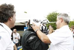 El alcalde de Londres, Boris Johnson, se sube a un auto de Fórmula E en el circuito de Battersea Par