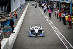 London Mayor Boris Johnson test de Formule E-auto op het Battersea Park circuit