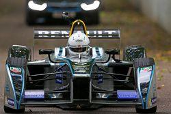 Le Maire de Londres Boris Johnson teste une Formule E sur le circuit de Battersea Park