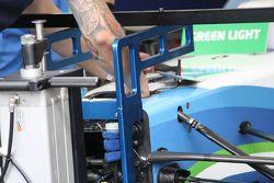 Mecánicos trabajan en el auto Trulli