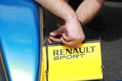 Un mecánico ajusta el alerón delantero de un e.dams-Renault