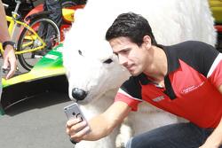 Lucas di Grassi, Audi Sport Abt se toma selfie con el oso polar