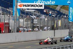 2 Jake Dennis, Prema Powerteam Dallara Mercedes-Benz, franchit le drapeau à damier