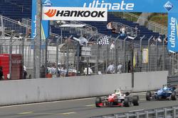 Zielflagge: #2 Jake Dennis, Prema Powerteam, Dallara Mercedes-Benz