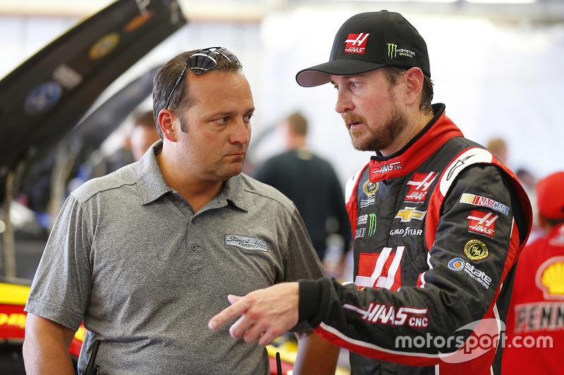 Kurt Busch, Stewart-Haas Racing Chevrolet, dan Greg Zipadelli