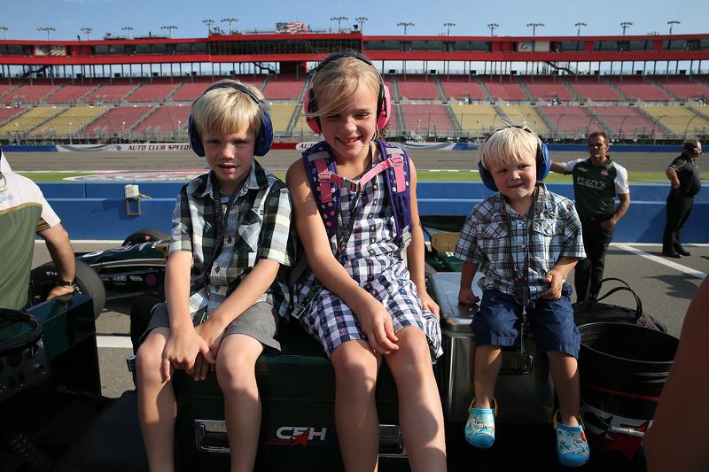 Junge Rennfahrer in der Box