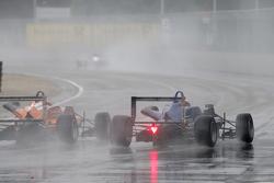 #27 Mikkel Jensen, Mücke Motorsport, Dallara Mercedes-Benz, und #10 George Russell, Carlin, Dallara