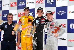 Race 1 Podium: segundo lugar, Antonio Giovinazzi, Jagonya Ayam with Carlin y el ganador, Charles Lec