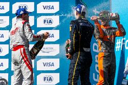Podium 1. Rennen: 2. Jérôme d'Ambrosio, Dragon Racing; 1. Sébastien Buemi, e.dams-Renault, und 3. Je