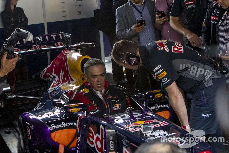 Jefe de Gobierno de la Ciudad de México, Miguel Angel Mancera en el auto de Red Bull Racing