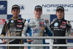 Podium: 2. Alexander Albon, Signature; 1. Maximilian Günther, Mücke Motorsport, und 3. Charles Lecle