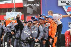 Muchachos del equipo Rahal Letterman Lanigan se toman un selfie en línea de la victoria