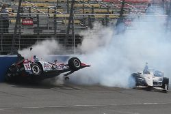 Takuma Sato, A.J. Foyt Enterprises Honda e Will Power, Team Penske Chevrolet crash
