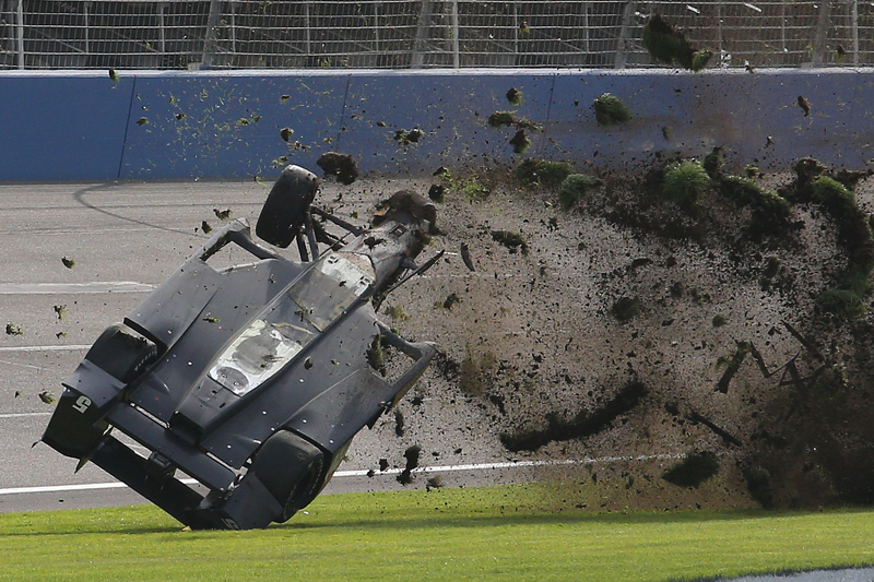 10. Ryan Briscoe, Schmidt Peterson Motorsports Honda en un fuerte accidente