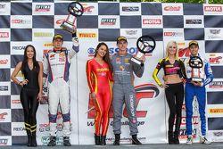 GT Kupası Podyum: Yarış galibi Colin Thompson, ikinci Sloan Urry ve üçüncü Alec Udell