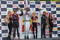 GT Podyum: Yarış galibi Chris Dyson, ikinci James Davison ve üçüncü Ryan Dalziel