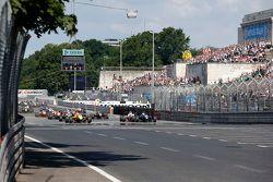 Старт гонки: 3 Антонио Джовинацци, Jagonya Ayam with Carlin Dallara Volkswagen, 2 Джейк Деннис, Prem