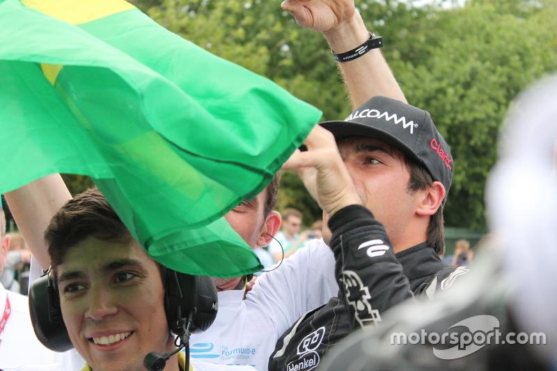 Nelsinho Piquet comemora título com a bandeira do Brasil