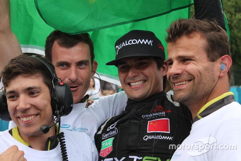 Nelson Piquet Jr comemora com os companheiros de equipe