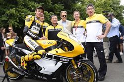 Valentino Rossi, Yamaha Factory Racing, avec Lord March et les responsables Yamaha, Takaaki Kimura, Kazuhiro Kuwata, Kouichi Tsuji et Lin Jarvis