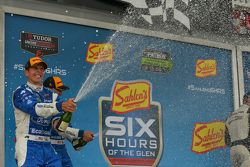 Podium: Champagner-Feier mit #01 Chip Ganassi, Ford/Riley: Scott Pruett, Joey Hand