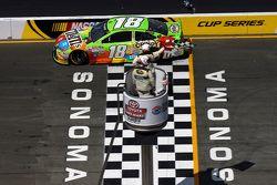 Kyle Busch, Joe Gibbs Racing Toyota vence