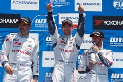 Podium: el ganador, Sébastien Loeb, segundo lugar, Yvan Muller, tercer lugar, José María López