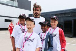 Fernando Alonso, McLaren met kinderen van F1 in Schools