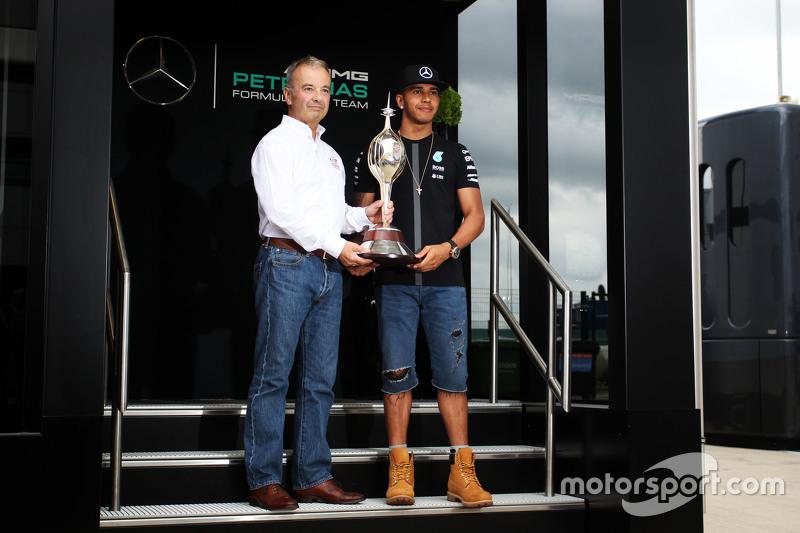 Lewis Hamilton, Mercedes AMG F1, erhält die Hawthorn Memorial Trophy von Rob Jones, Motor Sports Ass