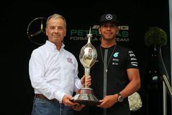 Lewis Hamilton, Mercedes AMG F1 recebe o troféu Hawthorn Memorial de Rob Jones, Chefe executivo do M