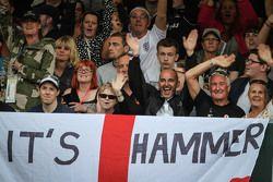 Fãs de Lewis Hamilton, Mercedes AMG F1 e bandeira