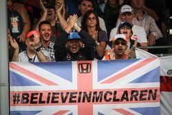 Fãs da McLaren e bandeira