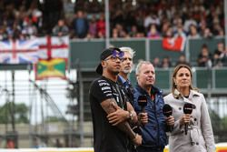 Lewis Hamilton, Mercedes AMG F1 con Damon Hill, presentador de Sky; Martin Brundle, comentarista de
