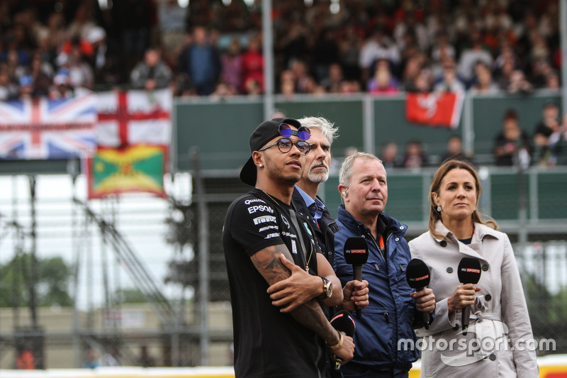Lewis Hamilton, Mercedes AMG F1 bersama Damon Hill, Sky Sports Presenter; Martin Brundle, Sky Sports