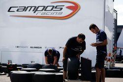 Les mécaniciens du Campos Racing pèsent les roues
