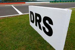 Ein DRS-Schild an der Strecke