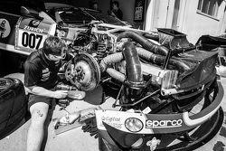 #7 Aston Martin Racing Aston Martin Vantage GT3, team member at work