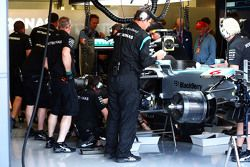 A Mercedes AMG F1 W06 do Nico Rosberg, Mercedes AMG F1 sendo consertada nos pits