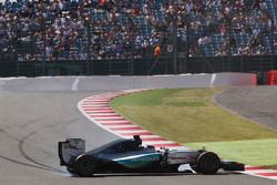 Льюис Хэмилтон, Mercedes AMG F1 W06 потерял управление во время первой тренировки